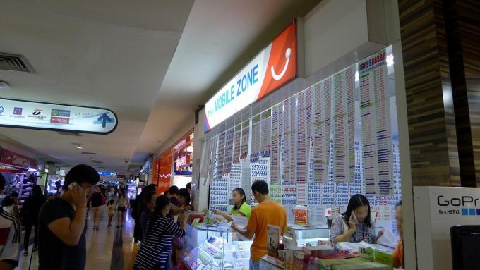 SIM を購入した MBK 内 4階にあるショップ『Thai Mobile Zone』。